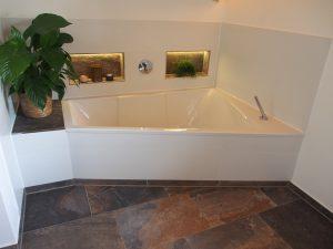 Bad mit stylischen, braune Fliesen
